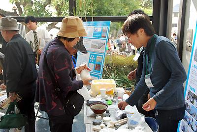 石鹸づくりを体験する参加者